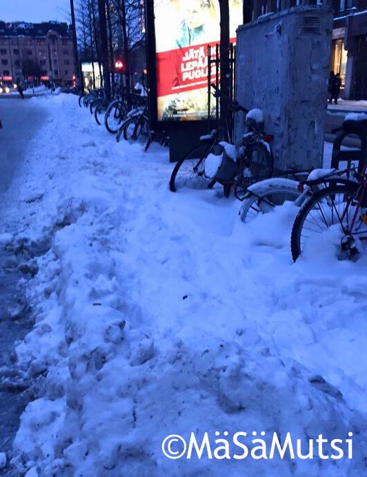 Lumihankeen hautautuneet pyörät Mikonkadulla